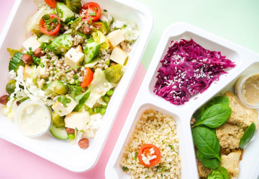 przykładowy posiłek diety pudełkowej, który ma masę witamin